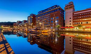 比利时鲁汶运河与建筑风格高清图片