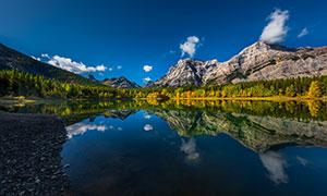 蓝天白云群山湖泊风光摄影高清图片
