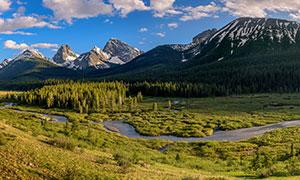 蓝天山峰与山间的树林摄影高清图片