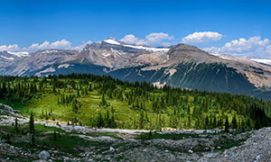 蓝天白云山峰树木风光摄影高清图片