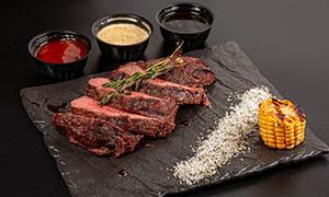酱料作料与鲜嫩的牛排摄影高清图片