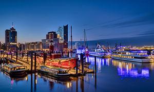 城市建筑物与运河船只摄影高清图片