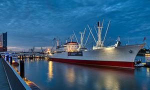 夜晚运河上的大型船只摄影高清图片