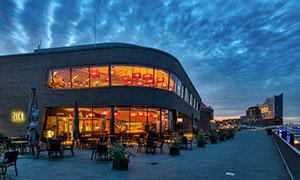 运河边的酒店夜景风光摄影高清图片