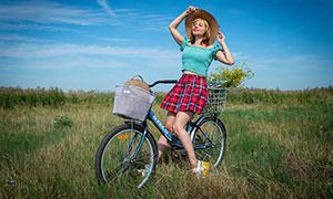 骑自行车的格子裙美女摄影高清图片