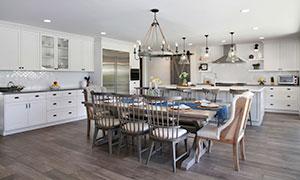 桌椅家具与开放式厨房内景摄影图片