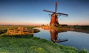 黄昏时分河边风车风光摄影高清图片