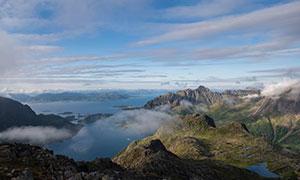 缭绕云雾下的群山大海摄影高清图片