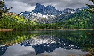 高山树林与平静的湖水摄影高清图片