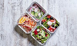 锡纸包装盒里的蔬菜沙拉等摄影图片