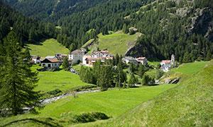 在大山脚下的居民房屋摄影高清图片