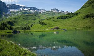 湖光山色小屋树木风景摄影高清图片