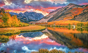 秋意浓时的山峦湖泊与树木摄影图片