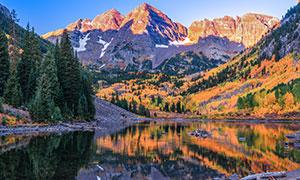 秋天山间树木湖泊风景摄影高清图片