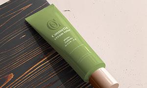 木板边缘上的护肤品包装样机源文件