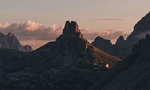 黄昏傍晚时分山峰风光摄影高清图片