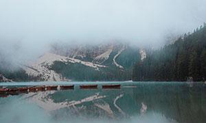 浓雾笼罩中的湖光山色摄影高清图片