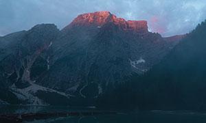 险峻山峰平静湖泊风光摄影高清图片