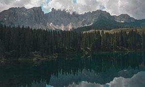 湖畔树木群山自然风景摄影高清图片