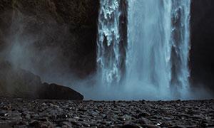 山涧瀑布与鹅卵石风景摄影高清图片