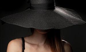 头戴黑色宽边帽的美女摄影高清图片