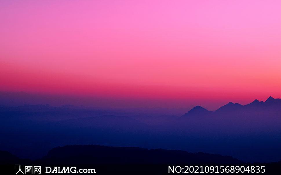 天空云霞与若隐若现的山峦高清图片