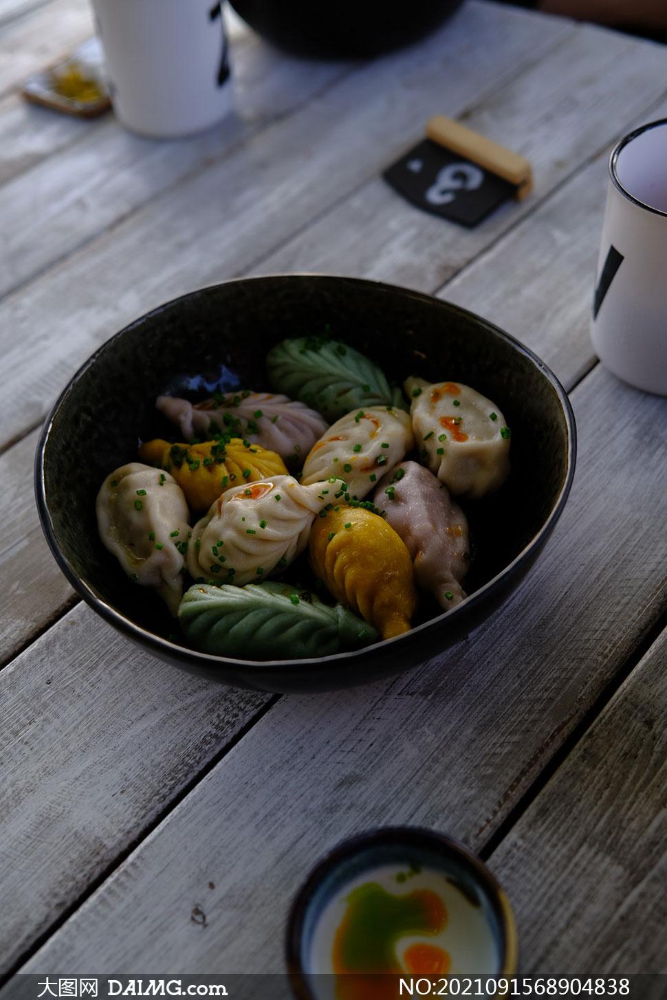 桌上碗里的柳叶包特写摄影高清图片