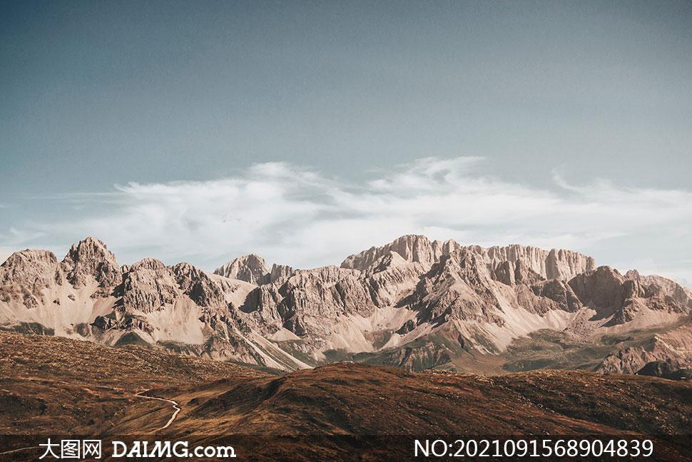 白云下的荒凉群山风光摄影高清图片