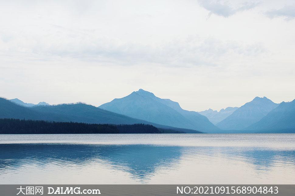 白云湖泊与远处的山峦摄影高清图片