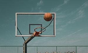 正准备投进篮筐的篮球摄影高清图片