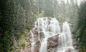 陡峭崖壁上的瀑布风光摄影高清图片