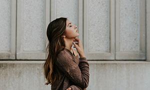 昂头做冥想的长发美女摄影高清图片