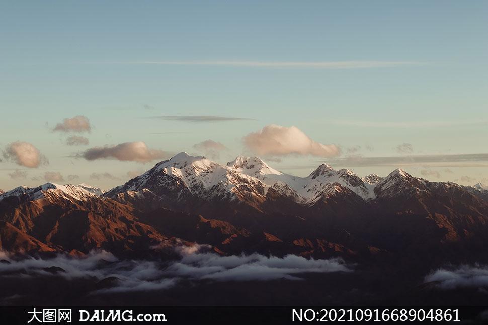 白云雪山自然风景主题摄影高清图片