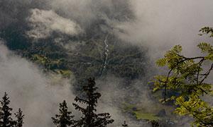 云雾笼罩着的山间风光摄影高清图片