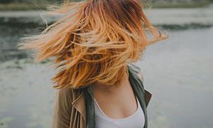 在河边的秀发美女人物摄影高清图片