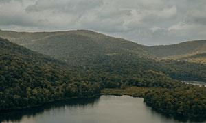 阴沉天气山坡树林湖泊摄影高清图片