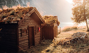高山湖畔小屋自然风光摄影高清图片