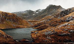 被雾气笼罩的山间湖泊摄影高清图片