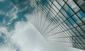 仰拍视角蓝天白云与建筑物高清图片