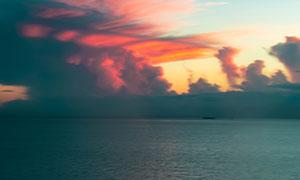 天边被晚霞染红的云彩摄影高清图片