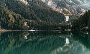 青山绿水与茂密的树林摄影高清图片