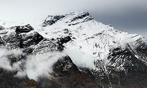 云雾弥漫雪山树木风光摄影高清图片