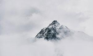 大雾中忽隐忽现的山峰摄影高清图片