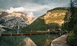 山林与湖边的木屋小船摄影高清图片