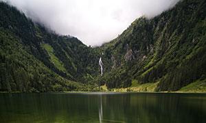 山涧瀑布与清澈的湖底摄影高清图片