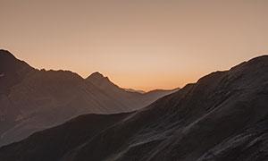 黄昏晚霞起伏山峦风光摄影高清图片
