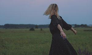 野外草地波點裙裝美女攝影高清圖片