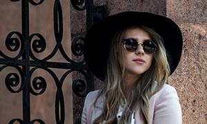 鐵藝大門前的墨鏡美女攝影高清圖片