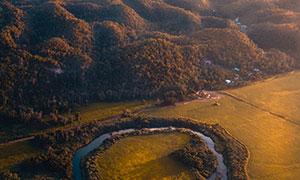 土地河流山丘航拍視角攝影高清圖片