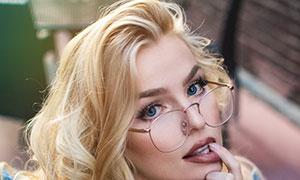 明亮雙眸金發美女人物攝影高清圖片